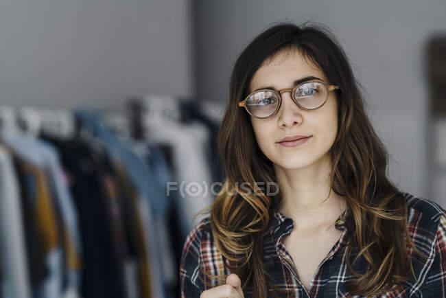 Портрет молодого модельєра на горищі. — стокове фото