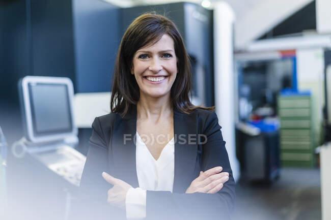 Retrato de uma mulher de negócios feliz em uma fábrica — Fotografia de Stock