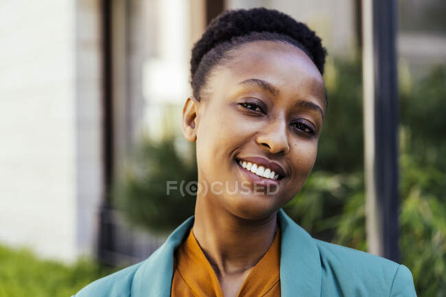 Retrato de joven empresaria confiada - foto de stock