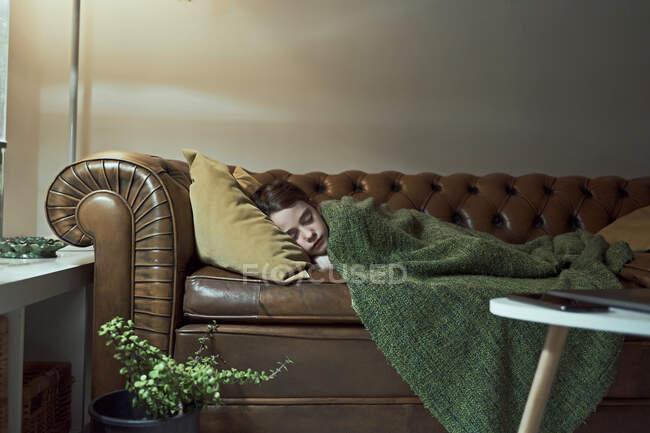 Kranke Grundschulmädchen schlafen auf Sofa im Wohnzimmer zu Hause — Stockfoto