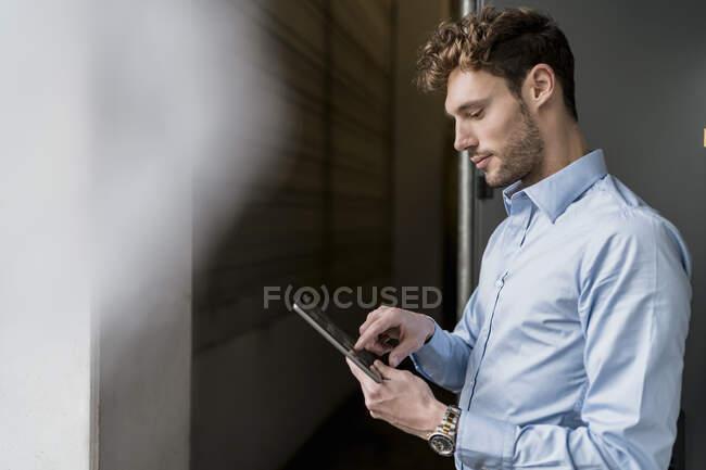 Молодий бізнесмен користується планшетом. — стокове фото