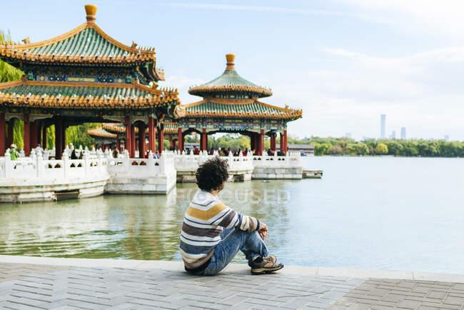 Людина сидить на стежці біля озера в Парку Бейхай (Пекін, Китай). — стокове фото