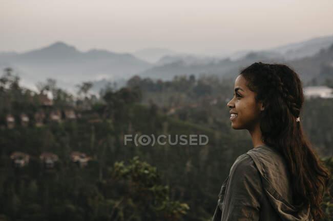 Esploratore sorridente che osserva la montagna durante il tramonto, Sri Lanka — Foto stock