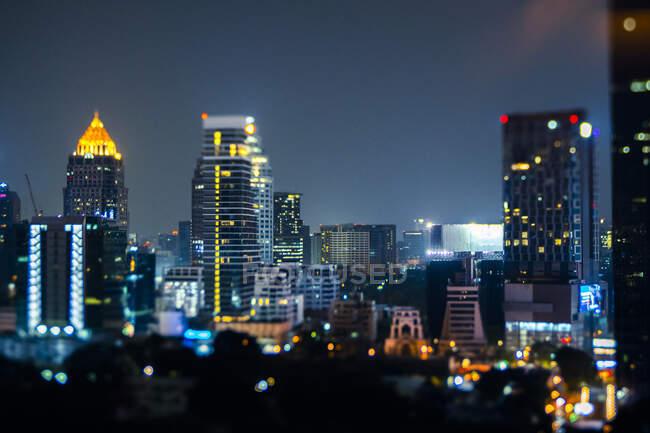 Таїланд, Бангкок, Тільт переміщають у центрі хмарочосу вночі. — стокове фото