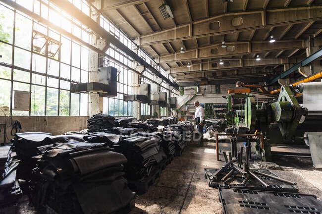 Empresário sênior em uma fábrica de processamento de borracha — Fotografia de Stock