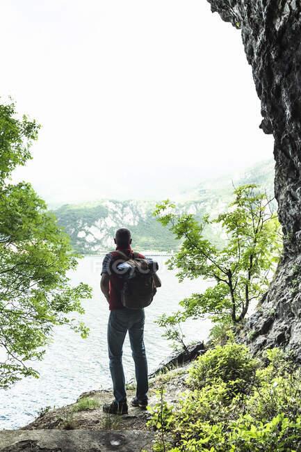Caminhante masculino olhando para o Lago de Como contra o céu — Fotografia de Stock