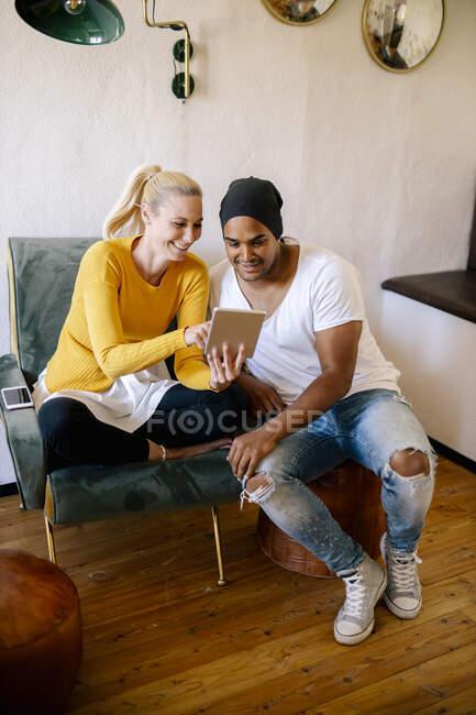 Paar nutzt digitales Tablet zu Hause — Stockfoto