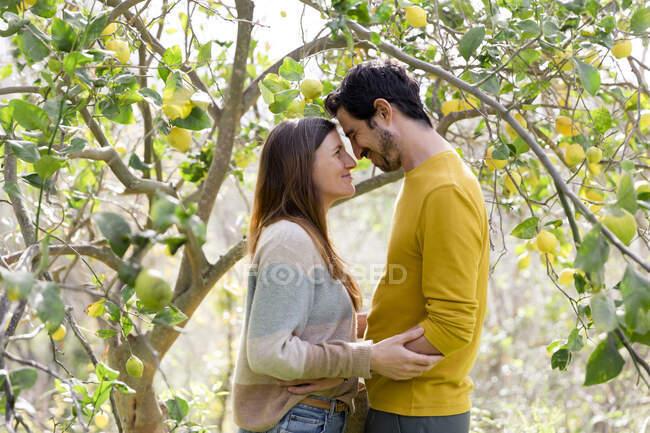 Романтична пара дивиться один на одного, стоячи на фермі. — стокове фото