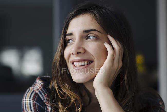 Ritratto di giovane donna felice guardando la distanza — Foto stock