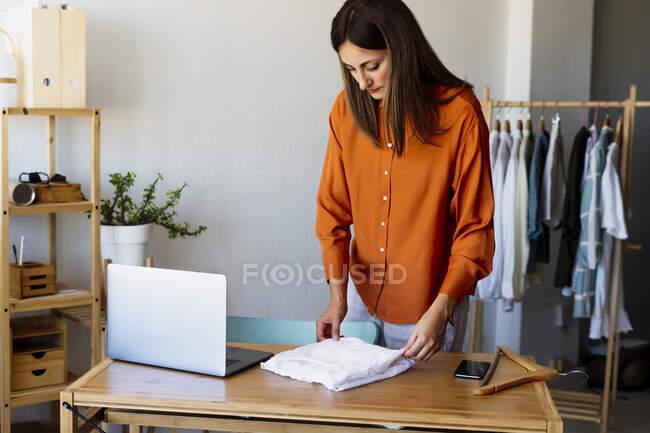 Жіночий дизайнер моди працює вдома. — стокове фото