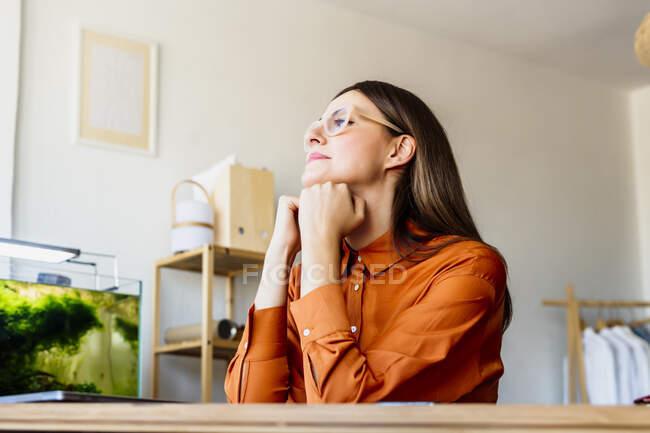 Жіночий модельєр вдома сидить за столом і відпочиває. — стокове фото