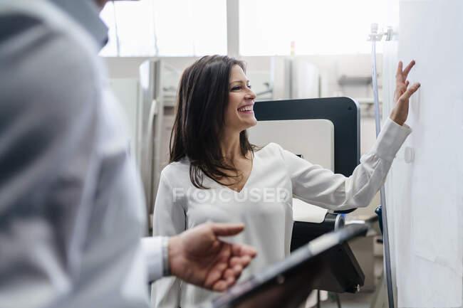 Бізнесмен і бізнесмен обговорюють план на заводі. — стокове фото
