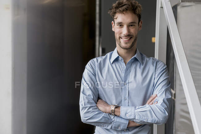 Portrait of a smiling young businessman — Stock Photo