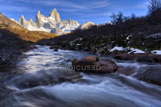 Monte Fitz Roy y río en Otoño, El Chalten, Patagonia, Argentina - foto de stock