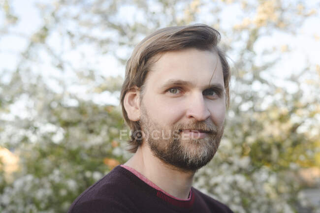Close-up portrait of confident bearded man at back yard — Stock Photo