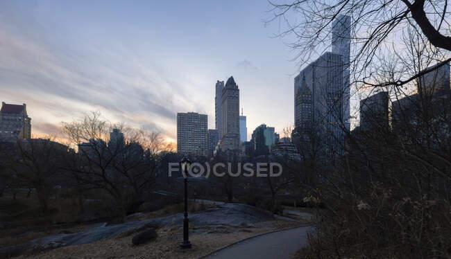 Estados Unidos, Nueva York, Ciudad de Nueva York, Central Park al amanecer del invierno - foto de stock
