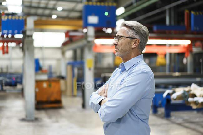 Довірливий зрілий бізнесмен на фабриці. — стокове фото