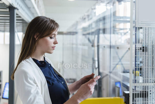 Close-up de empresária usando tablet digital na fábrica — Fotografia de Stock