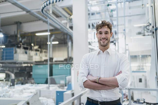 Портрет усміхненого молодого бізнесмена на фабриці. — стокове фото