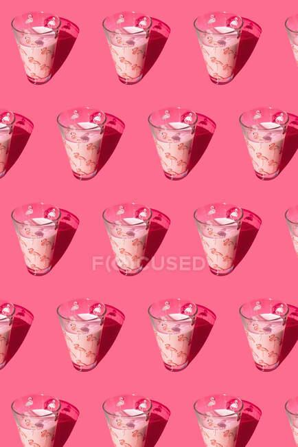 Окуляри молока з візерунком фламінго. — стокове фото
