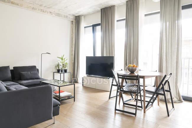 Современный интерьер квартиры днем — стоковое фото
