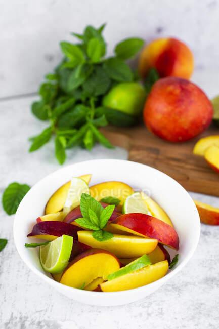 Insalata di frutta con pesca, lime e menta — Foto stock