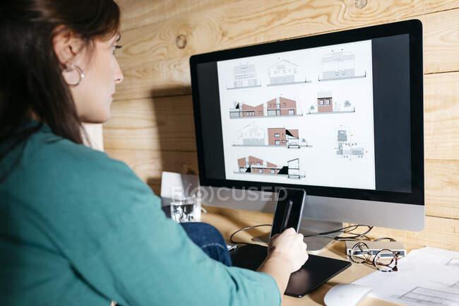 Arquitecta usando computadora en casa - foto de stock