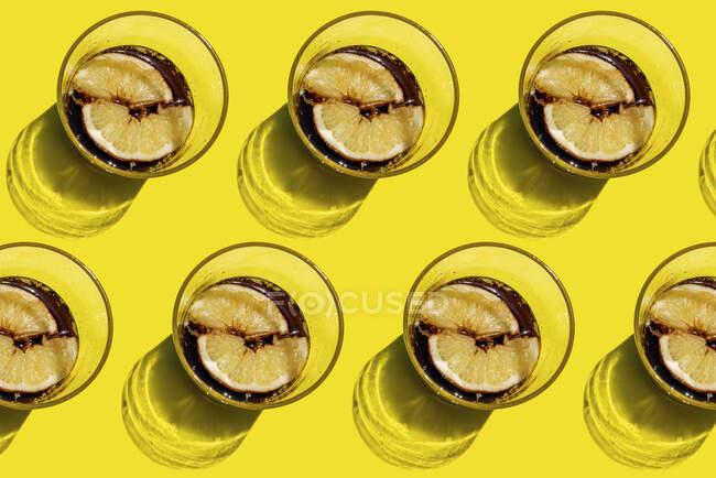 Зображення рядів кока - скла з лимонними скибками. — стокове фото