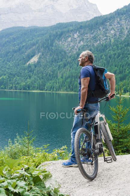 Senior homem com e-bike — Fotografia de Stock