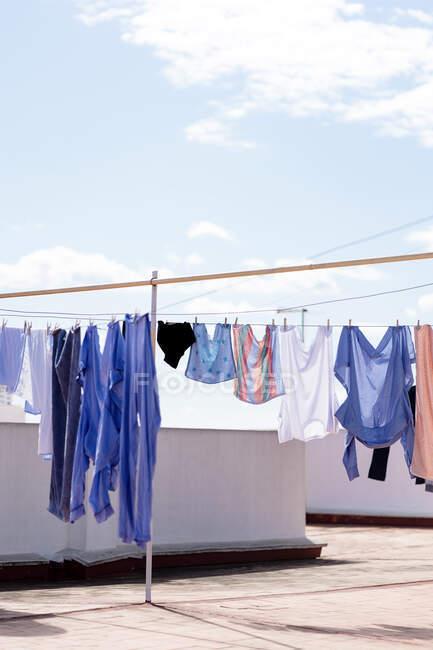 Secagem de roupa no topo do telhado — Fotografia de Stock