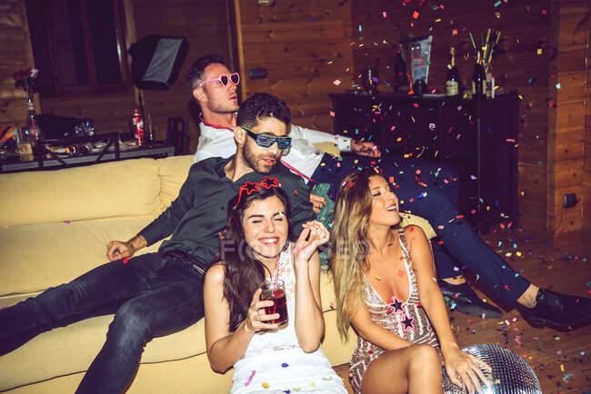 Carefree amici di sesso maschile e femminile godendo in festa — Foto stock