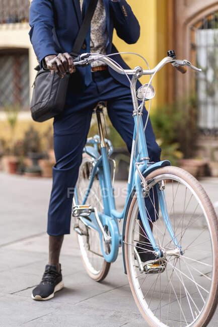 Вид бізнесмена на легкий синій вінтажний велосипед — стокове фото