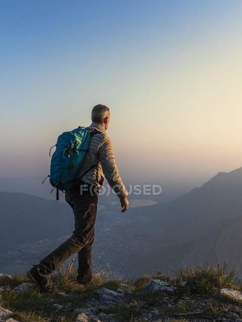 Vista trasera del excursionista en la cima de la montaña, Alpes Orobie, Lecco, Italia - foto de stock