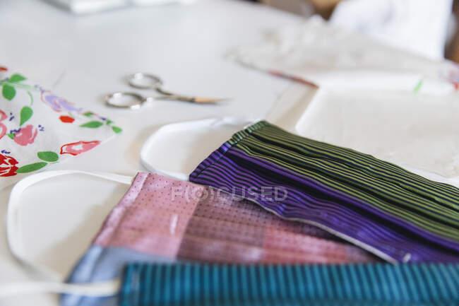 Coloridas mascarillas caseras en la mesa en casa - foto de stock