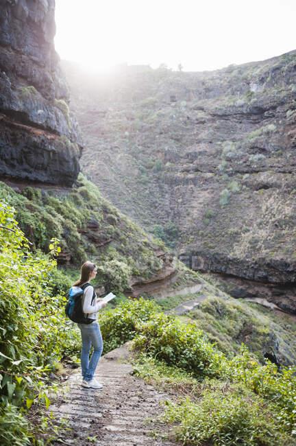 Жіночий турист з картою, Тенерифе, Балеарські острови, Іспанія. — стокове фото