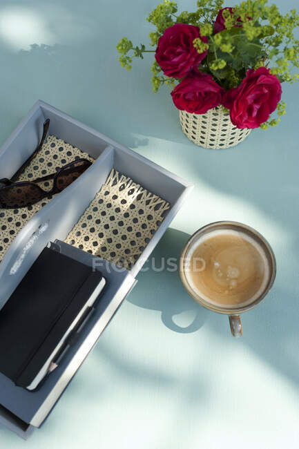 Coffee, red roses and handmade desk organizer with sunglasses and notebook — Stock Photo