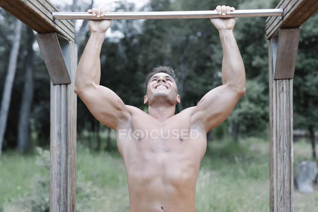 Людина робить підборіддя в лісі — Stock Photo