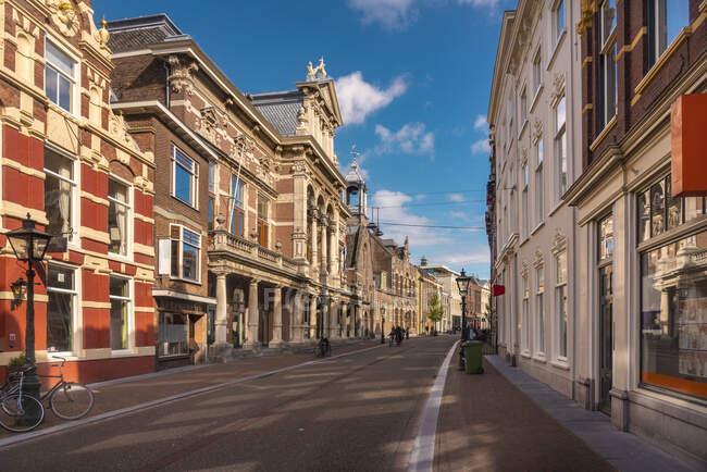 Holanda, Holanda Meridional, Leiden, Casas históricas a lo largo de la calle Breestraat - foto de stock