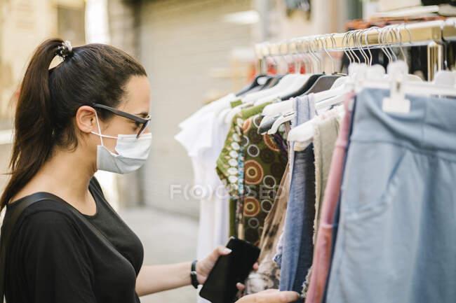 Жінка з захисною маскою. — стокове фото