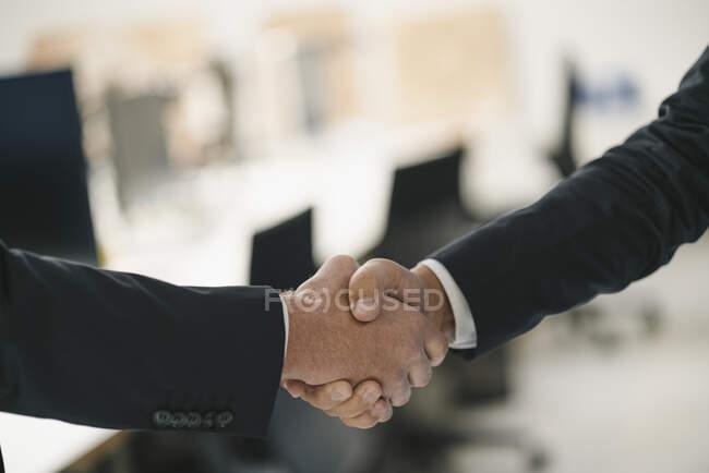 Два бізнесмени, які потиснули руки — стокове фото