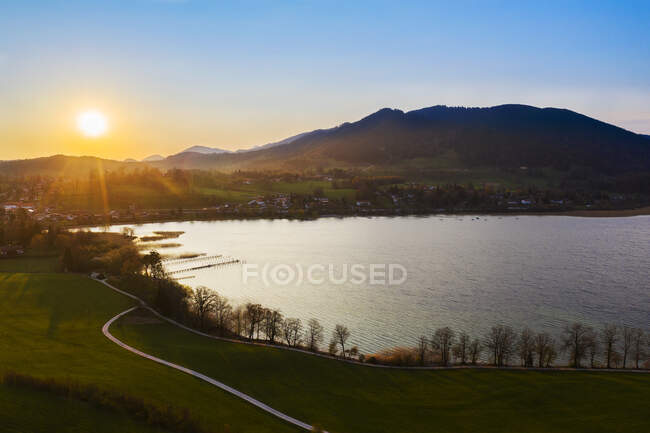 Alemanha, Baviera, Gmund am Tegernsee, Drone view of Tegernsee at sunrise — Fotografia de Stock