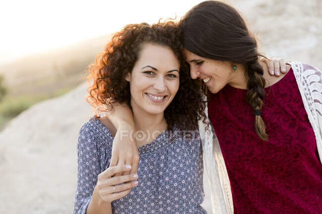 Jeunes femmes affectueuses à la campagne pendant la journée ensoleillée — Photo de stock
