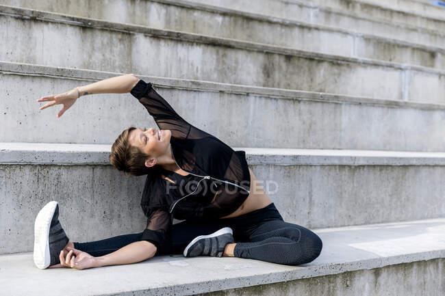 Спортивная женщина во время тренировки на лестнице — стоковое фото
