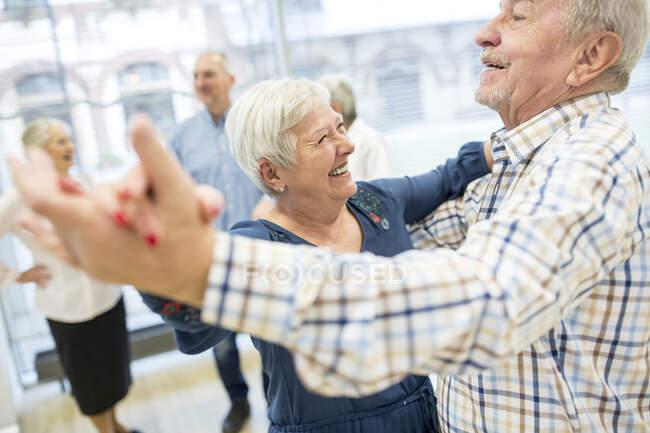 Група активної старшої особи відвідує курси танцю на пенсії. — стокове фото