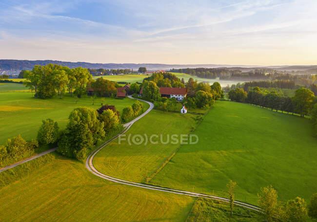 Alemanha, Baviera, Alta Baviera, Tolzer Land, perto de Eurasburg, Weiler, Campos ao nascer do sol, vista aérea — Fotografia de Stock