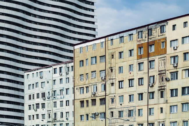 Georgia, Adjara, Batumi, Vecchi edifici residenziali con condominio ondulato sullo sfondo — Foto stock