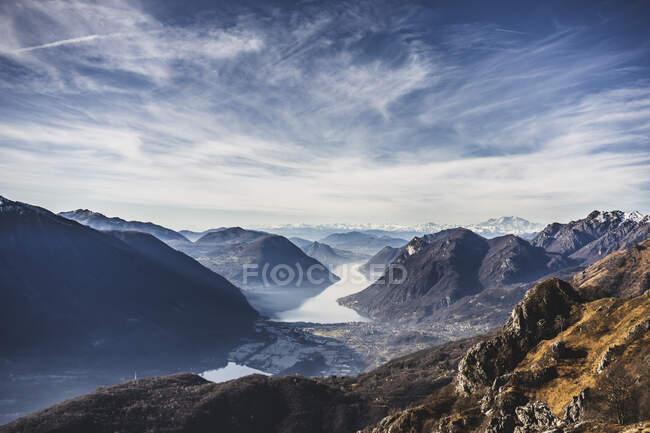 Vista panoramica sul Lago di Como dalle montagne, Italia — Foto stock