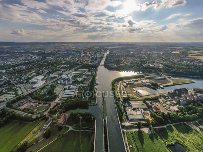 Alemania, Renania del Norte-Westfalia, Minden, Vista aérea de la ciudad a lo largo del Canal de Mittelland - foto de stock