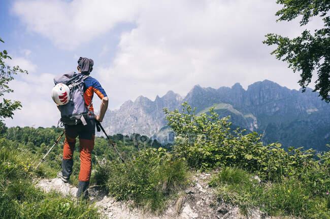 Caminhante em pé no caminho da montanha desfrutando de vista, Orobie, Alpes europeus, Como, Itália — Fotografia de Stock