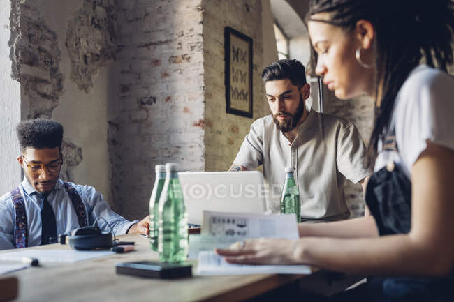 Creativi uomini d'affari che lavorano a tavola nell'ufficio loft — Foto stock